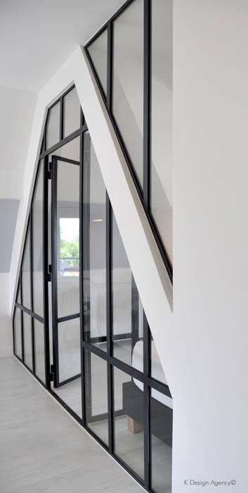 une verrière intérieur : Chambre de style de style Industriel par K Design Agency