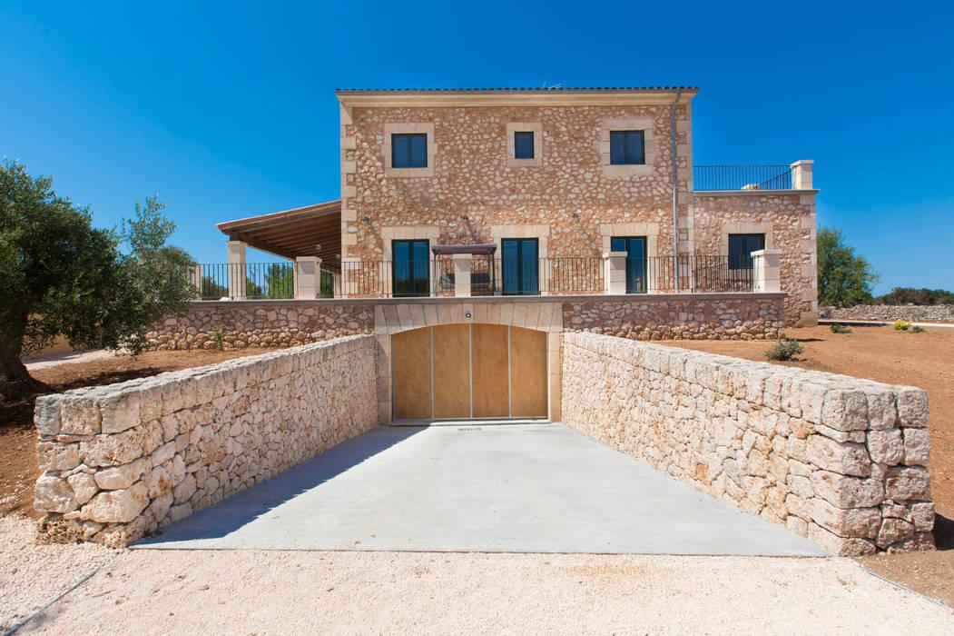Villa CP Campos: Garajes de estilo  de ISLABAU constructora, Rústico