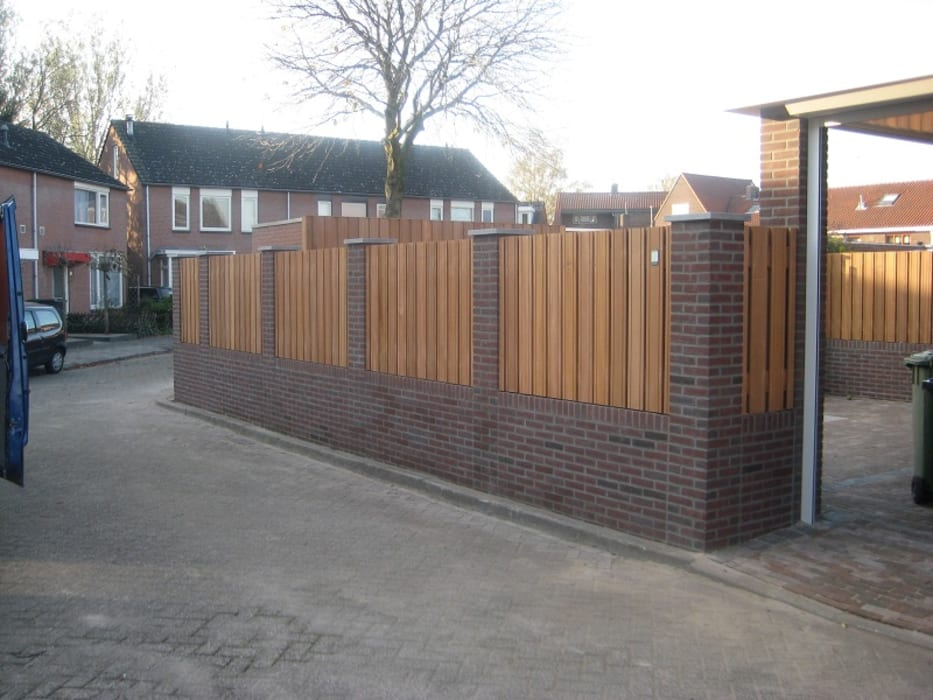 Gemetselde schutting met houten delen Moderne tuinen van Kuiper Schuttingen Modern