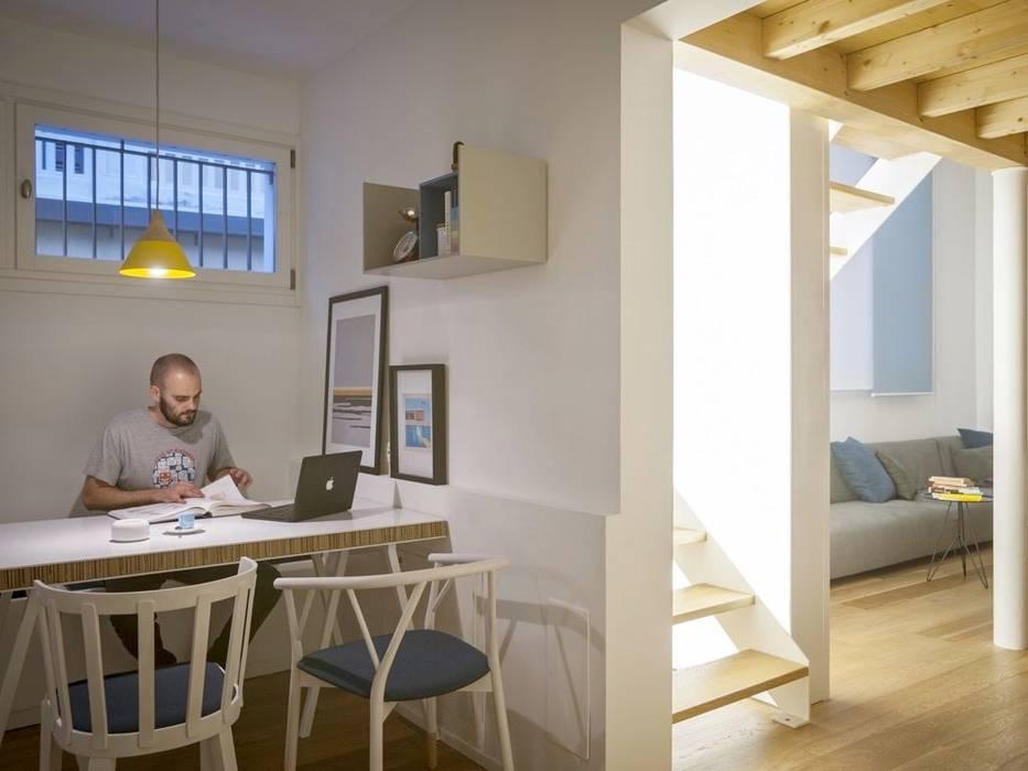 Moderne Esszimmer von MIROarchitetti Modern Holz Holznachbildung