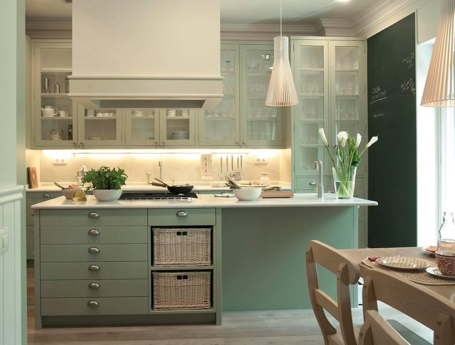 Isla de trabajo con zona de cocción Cocinas de estilo clásico de DEULONDER arquitectura domestica Clásico