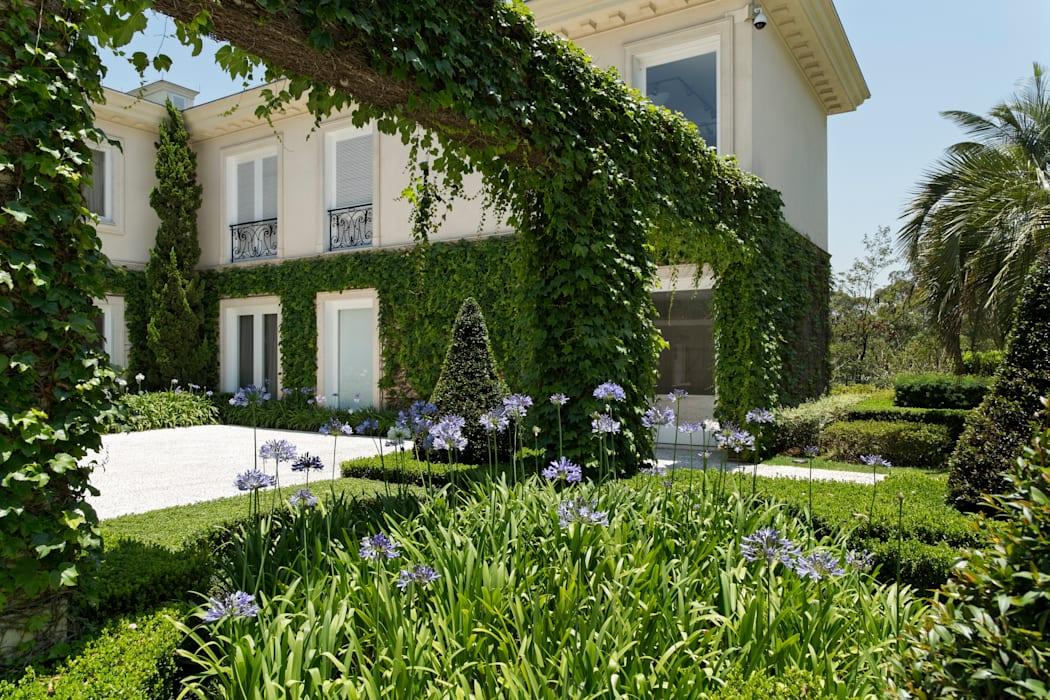 Classic style garden by Luciana Moraes Paisagismo Classic