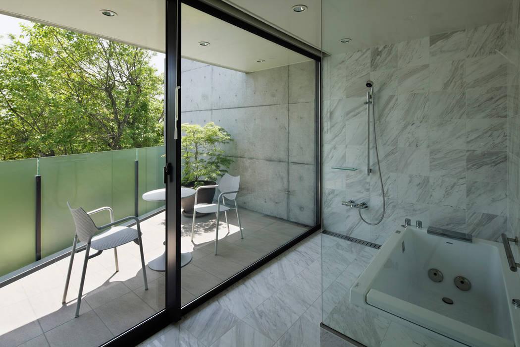 奥池のアトリエ: 株式会社  小林恒建築研究所が手掛けた浴室です。,モダン