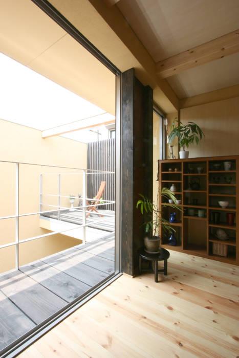 根來宏典建築研究所 Chambre moderne Bois Jaune