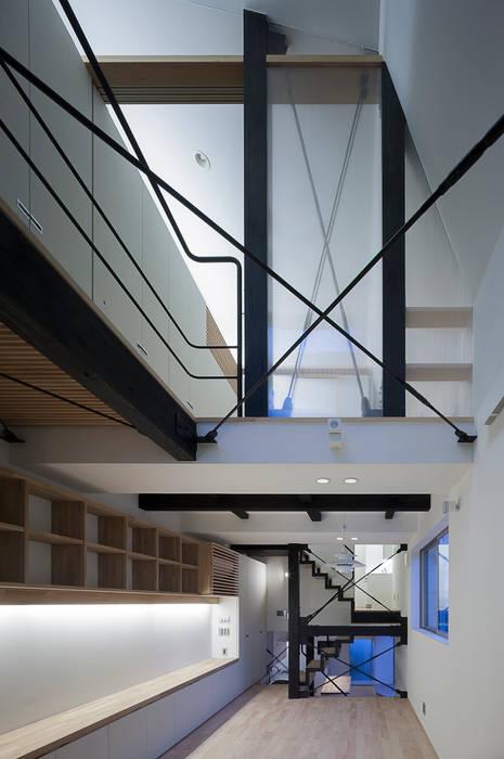 天井の高いリビングルーム: 根來宏典建築研究所が手掛けたリビングです。,モダン 木 木目調
