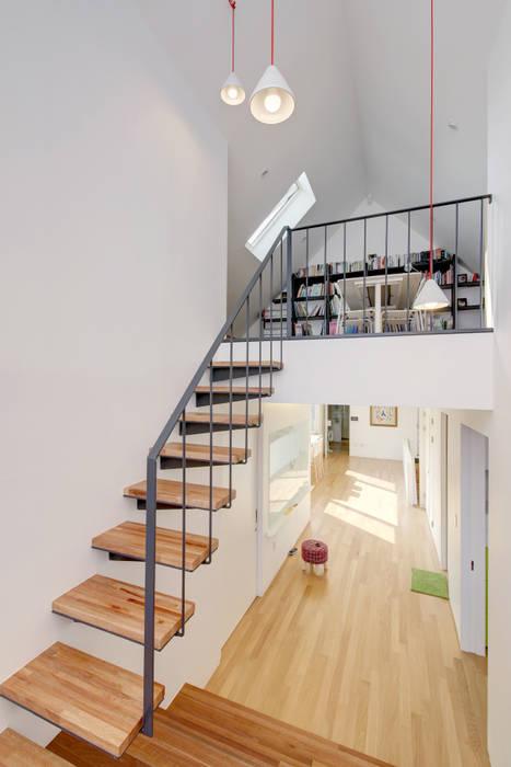 Nowoczesny korytarz, przedpokój i schody od mlnp architects Nowoczesny