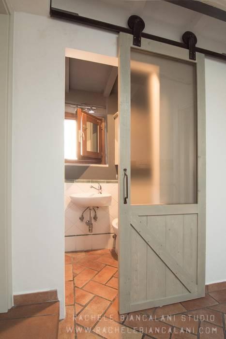 Barn sliding wooden door: Finestre in stile  di Rachele Biancalani Studio