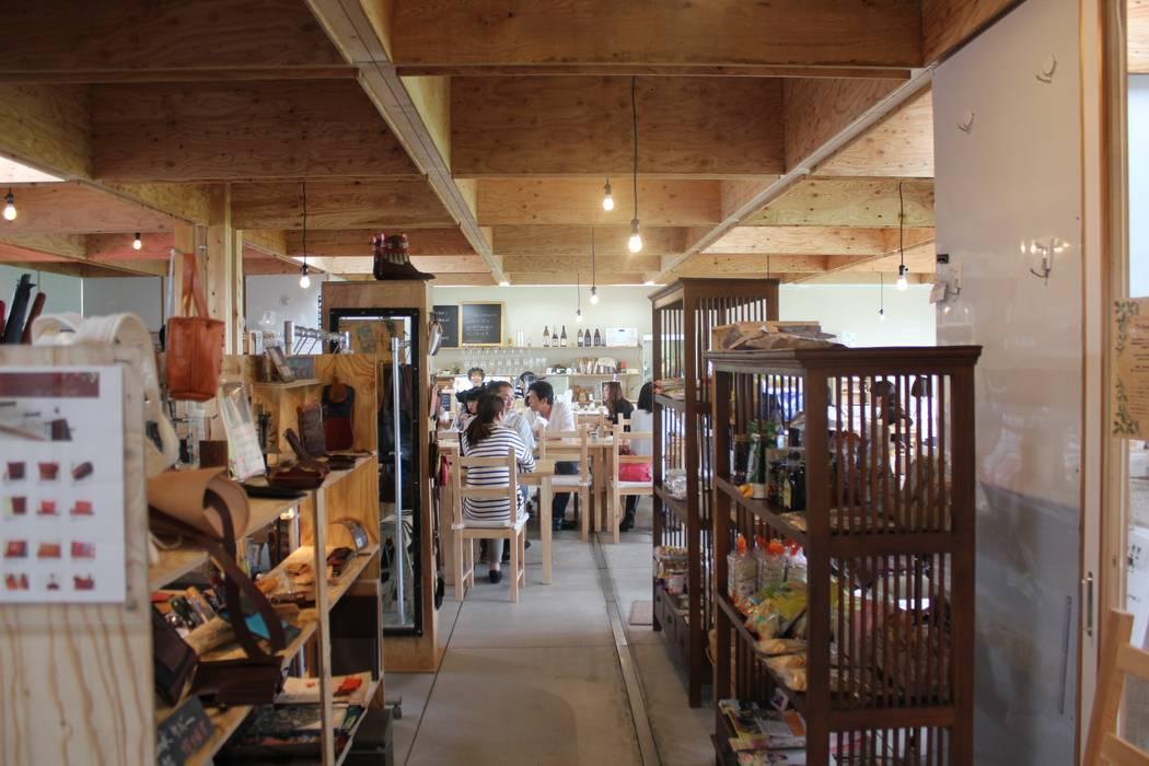 Espaces commerciaux modernes par インデコード design office Moderne Contreplaqué