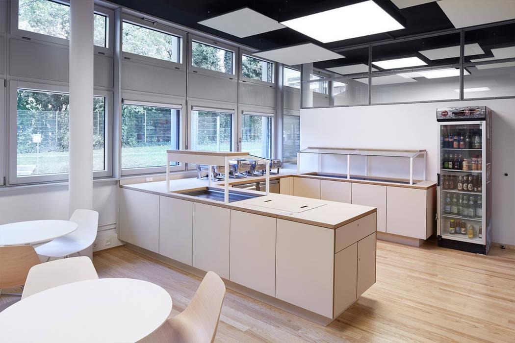 Cafeteria - Self Service Theke Moderne Gastronomie von DOMANI INTERIOR. Möbel. Art. aus Freiburg Modern Holz-Kunststoff-Verbund