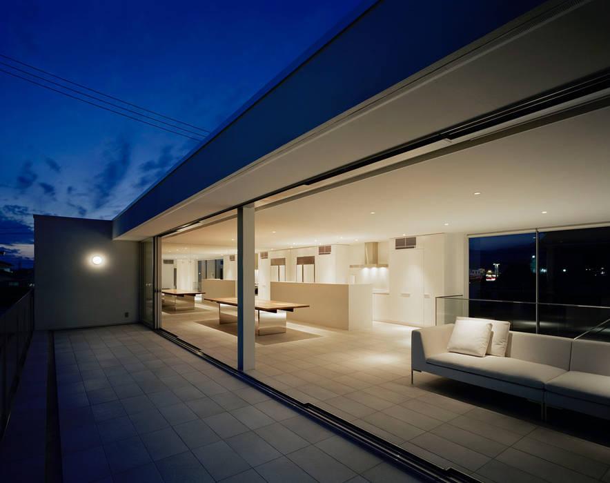 総社の家: 株式会社  小林恒建築研究所が手掛けたテラス・ベランダです。,モダン
