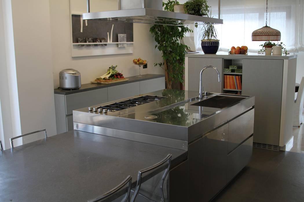 Isola con tavolo: cucina in stile in stile moderno di arclinearoma ...