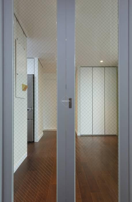 Scandinavian style corridor, hallway& stairs by 홍예디자인 Scandinavian