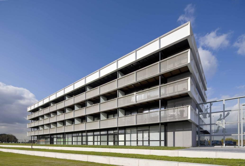 Appartementencomplex met zorgfuncties in de plint Minimalistische huizen van JMW architecten Minimalistisch Aluminium / Zink
