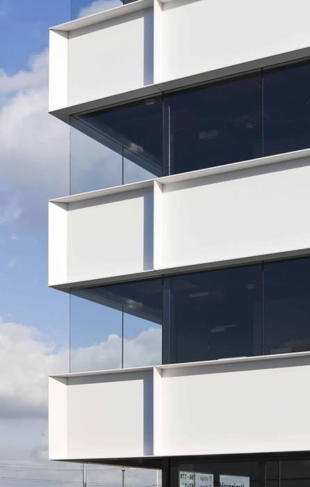 Appartementencomplex met zorgfuncties in de plint :  Terras door JMW architecten, Minimalistisch Aluminium / Zink
