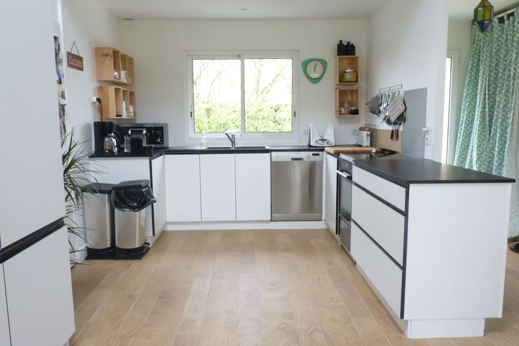 cuisine en noir blanc bois: Cuisine de style de style Moderne par Amélie Jodeau Architecte
