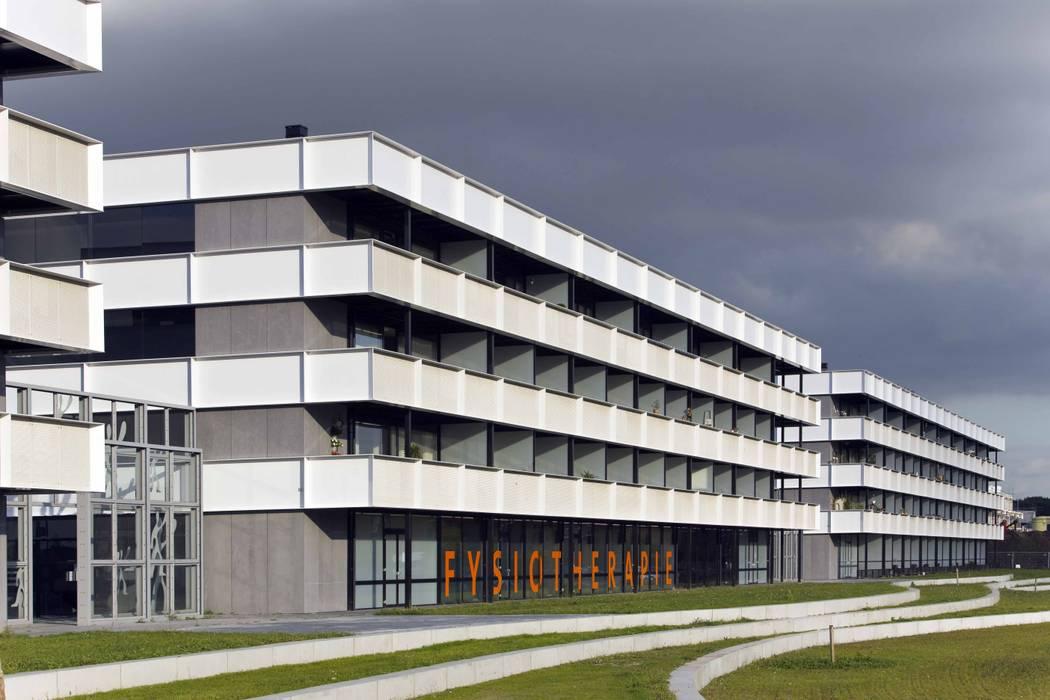 Appartementencomplex met zorgfuncties in de plint :  Huizen door JMW architecten