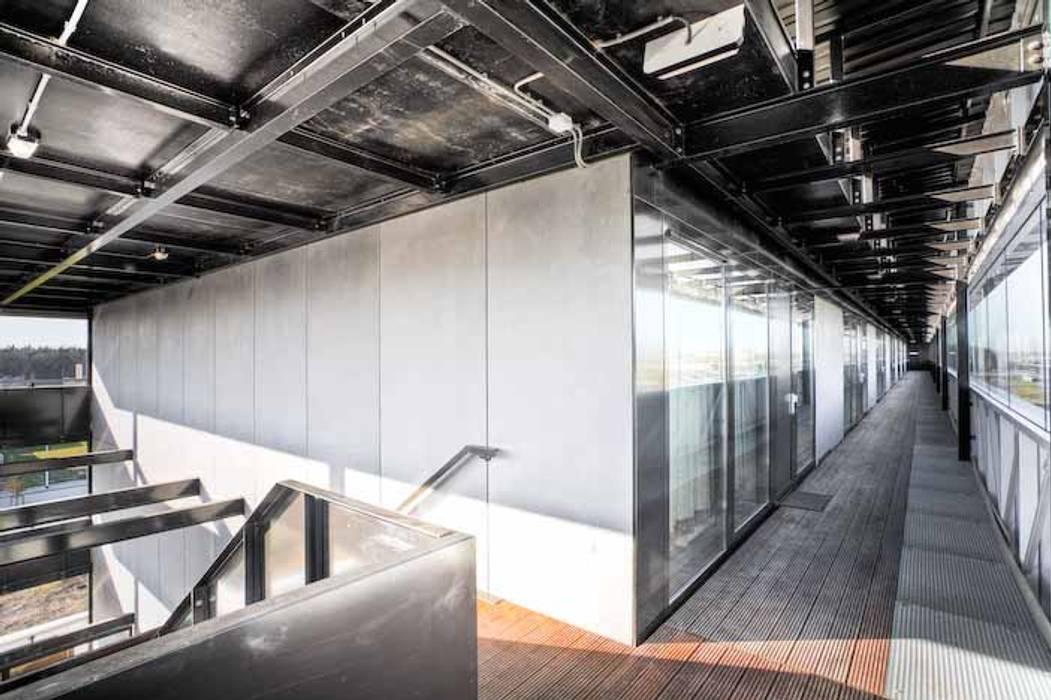 Appartementencomplex met zorgfuncties in de plint Minimalistische gangen, hallen & trappenhuizen van JMW architecten Minimalistisch Hout Hout