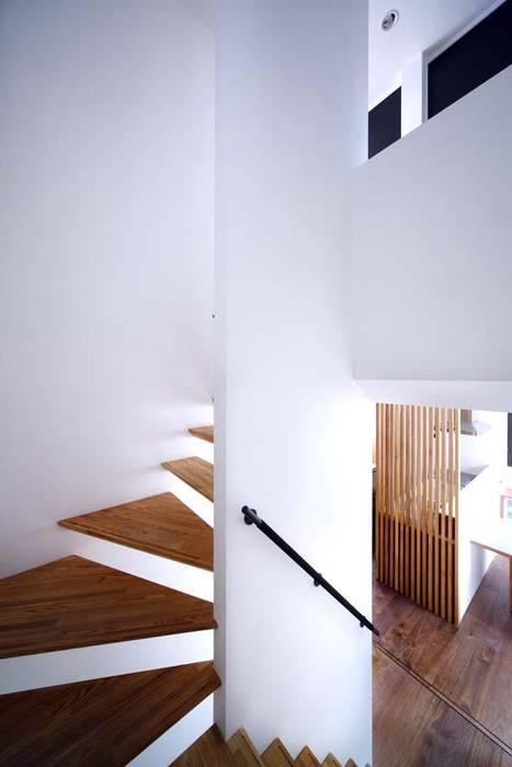 階段: 6th studio / 一級建築士事務所 スタジオロクが手掛けた廊下 & 玄関です。,モダン
