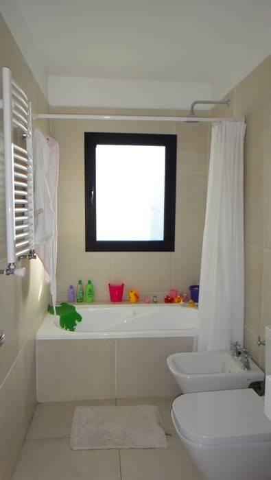 Baño niños: Baños de estilo  por 2424 ARQUITECTURA,Moderno Cerámico