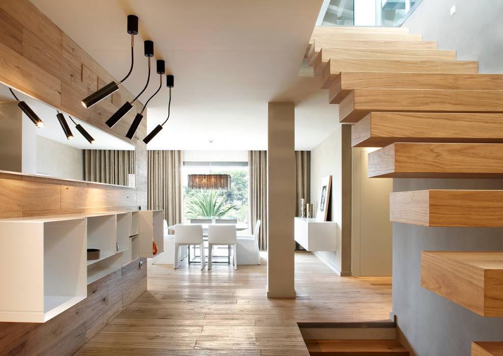 Vivienda unifamiliar Pasillos, vestíbulos y escaleras de estilo moderno de ruiz narvaiza associats sl Moderno