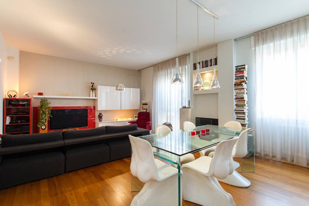 Leggerezza del vetro per il tavolo e le luci: soggiorno in stile di ...