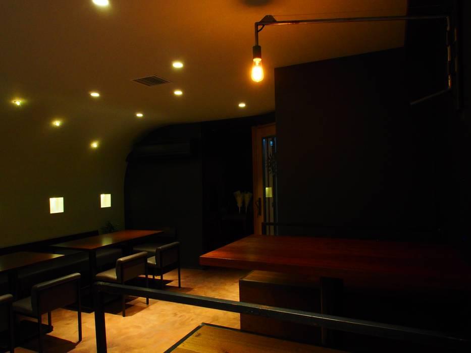 Bars & clubs modernes par (株)グリッドフレーム Moderne