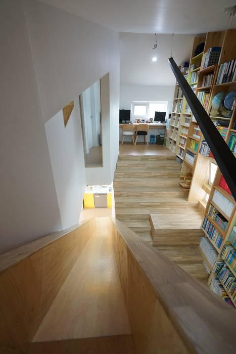 Pasillos, vestíbulos y escaleras de estilo moderno de ADMOBE Architect Moderno
