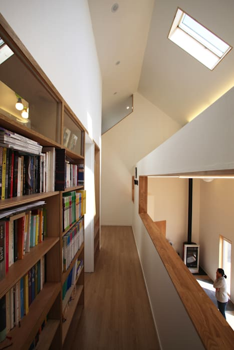 Modern Corridor, Hallway and Staircase by ADMOBE Architect Modern