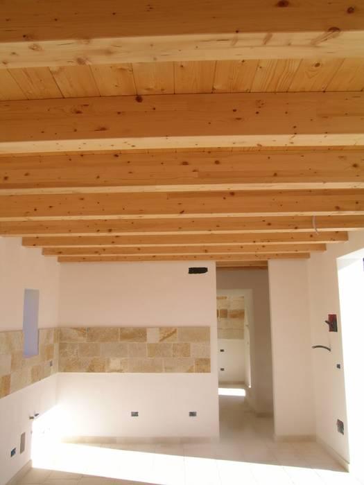 Soggiorno: Soggiorno in stile in stile Mediterraneo di A+A  Apulia+architecture