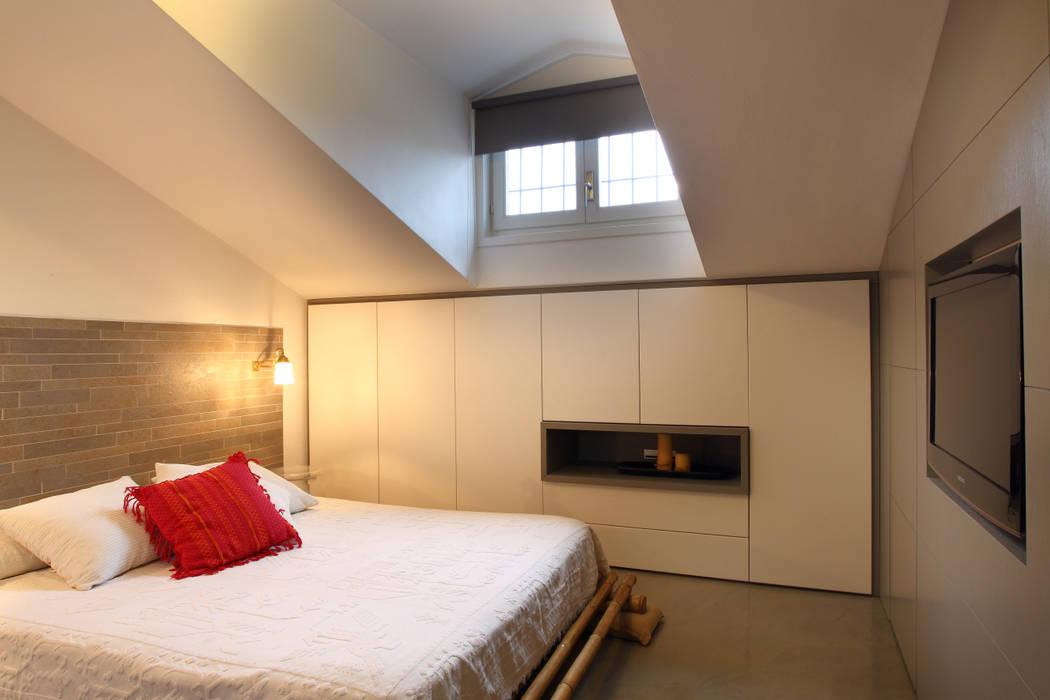casa di ringhiera: Camera da letto in stile  di studio ferlazzo natoli