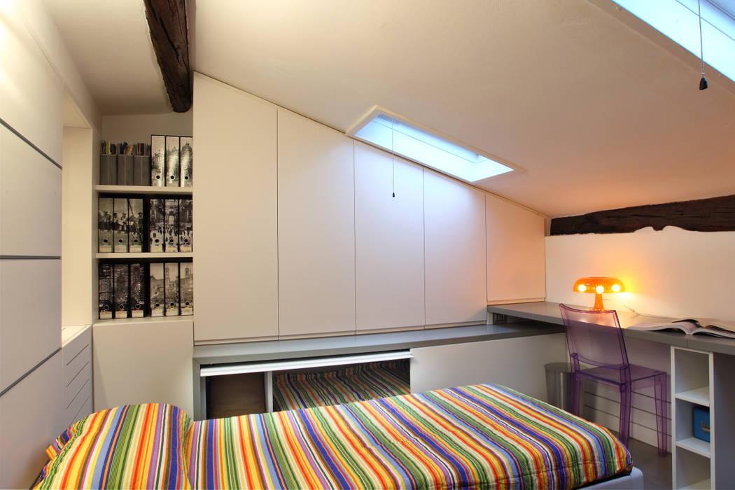 letto a scomparsa, sottotetto: Camera da letto in stile  di studio ferlazzo natoli