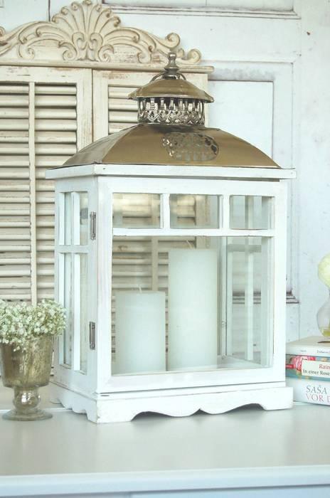 Weisses Windlicht Aus Holz Mit Verziertem Metalldach Im Shabby Chic