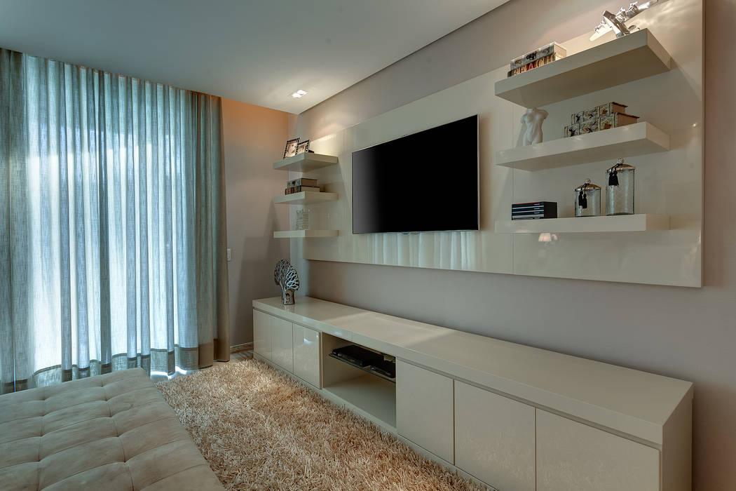 Suíte do casal - Painel de tv: Quartos  por Isabella Magalhães Arquitetura & Interiores,Moderno