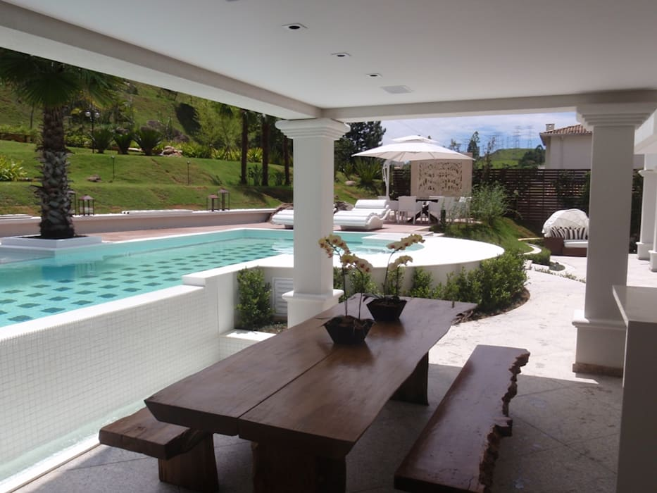 Tropical style pool by Mera Arquitetura Paisagistica Tropical
