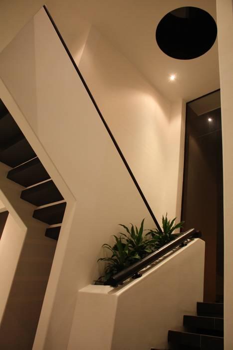 Escalera Principal.: Casas de estilo  por Camilo Pulido Arquitectos
