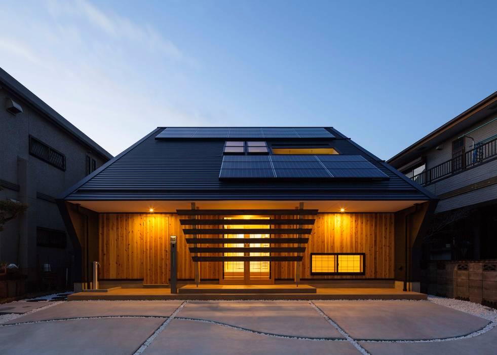 Casas de estilo asiático de 株式会社タバタ設計 Asiático