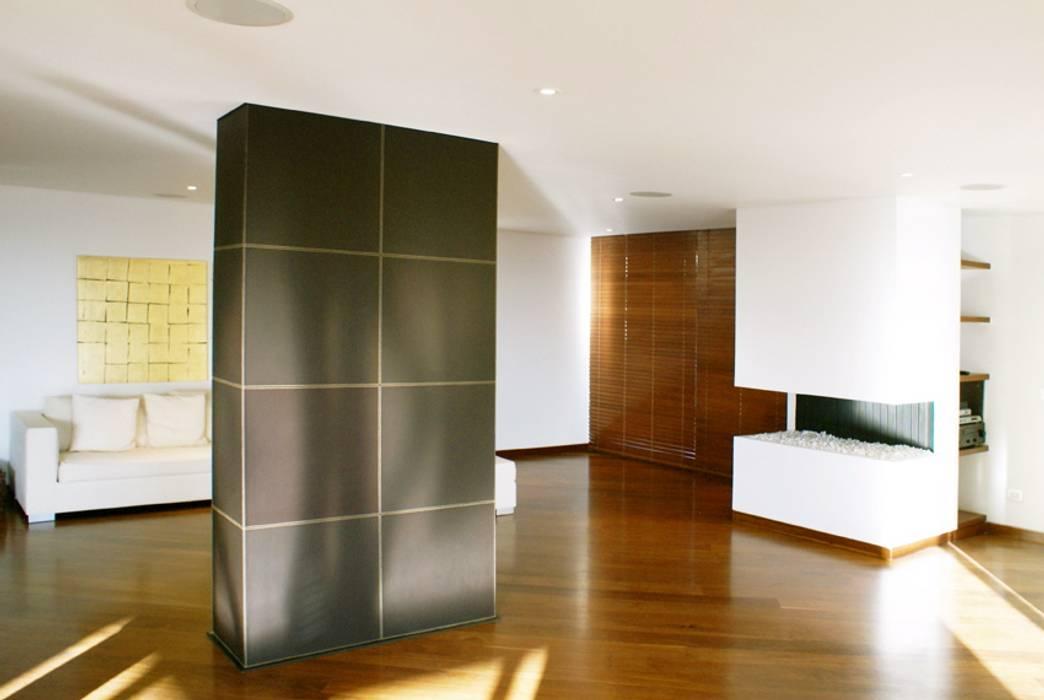 Recubrimiento de columna en cuero chocolate. Paredes y pisos de estilo clásico de Justiniano Alfonso Clásico Piel Gris
