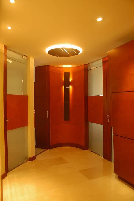 Recubrimiento de Pared y peinazos en puertas en cuero natural. Paredes y pisos de estilo clásico de Justiniano Alfonso Clásico Piel Gris