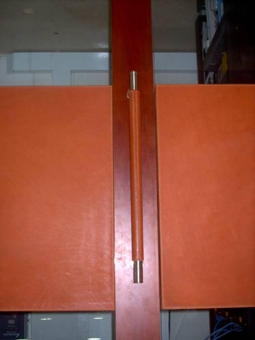 Detalle de Manija recubierta en cuero para oficina.: Ventanas de estilo  por Justiniano Alfonso