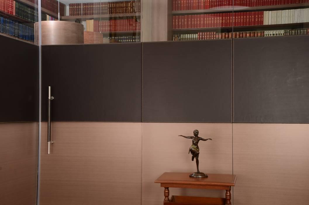 Peinazos en cuero para despacho.: Estudios y despachos de estilo  por Justiniano Alfonso