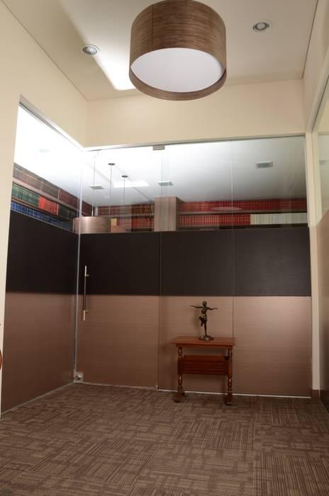 Peinazos en cuero despacho.: Estudios y despachos de estilo moderno por Justiniano Alfonso