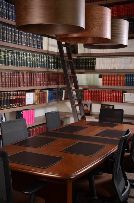 Vades y escalera en cuero: Estudios y despachos de estilo moderno por Justiniano Alfonso