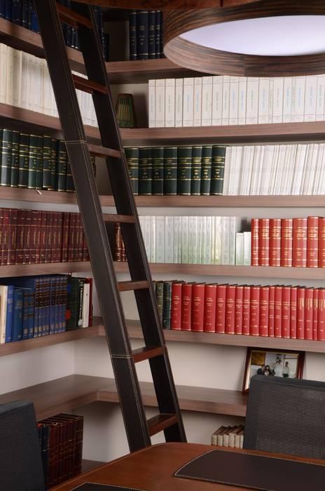 Escalera recubierta en cuero.: Estudios y despachos de estilo  por Justiniano Alfonso