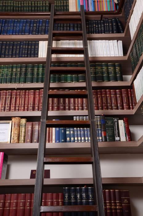Detalle Escalera recubierta en cuero. : Estudios y despachos de estilo  por Justiniano Alfonso