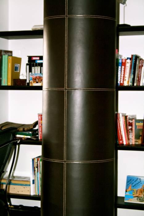 Recubrimiento de columna en cuero chocolate.: Estudios y despachos de estilo moderno por Justiniano Alfonso