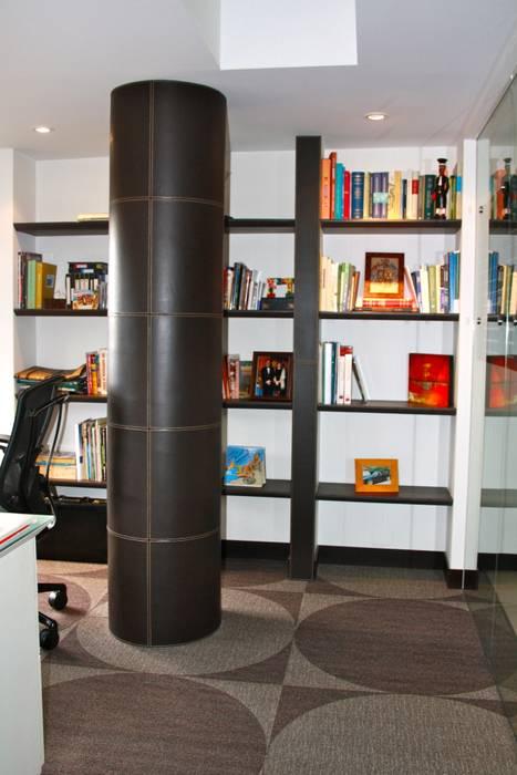 Recubrimiento de columna en cuero chocolate. Estudios y despachos de estilo moderno de Justiniano Alfonso Moderno Piel Gris
