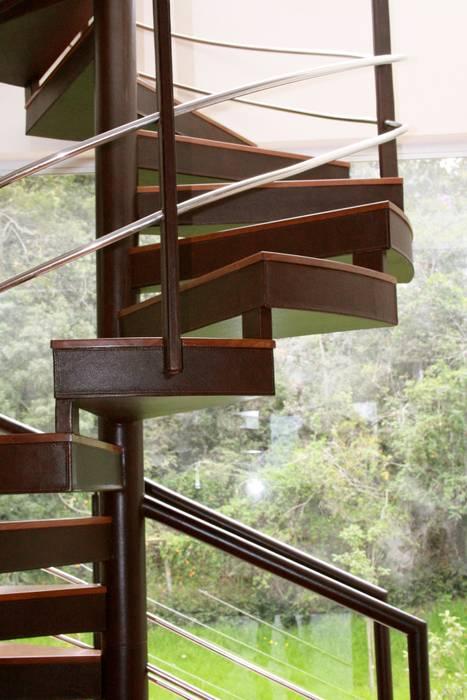 Escalera recubierta en cuero. Pasillos, vestíbulos y escaleras de estilo moderno de Justiniano Alfonso Moderno Piel Gris