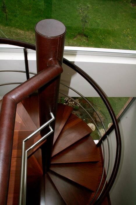 Recubrimiento de baranda en cuero. Pasillos, vestíbulos y escaleras de estilo moderno de Justiniano Alfonso Moderno Piel Gris