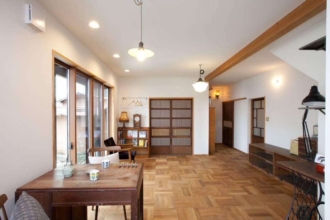 1階のリビング: アトリエdoor一級建築士事務所が手掛けたリビングです。