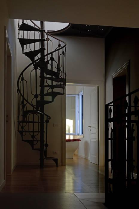 La scala di recupero: Ingresso & Corridoio in stile  di NEARCH architecture & design